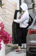 Olivia Wilde Goes incognito as she visits a friends house despite the social distance rules in Los Angeles