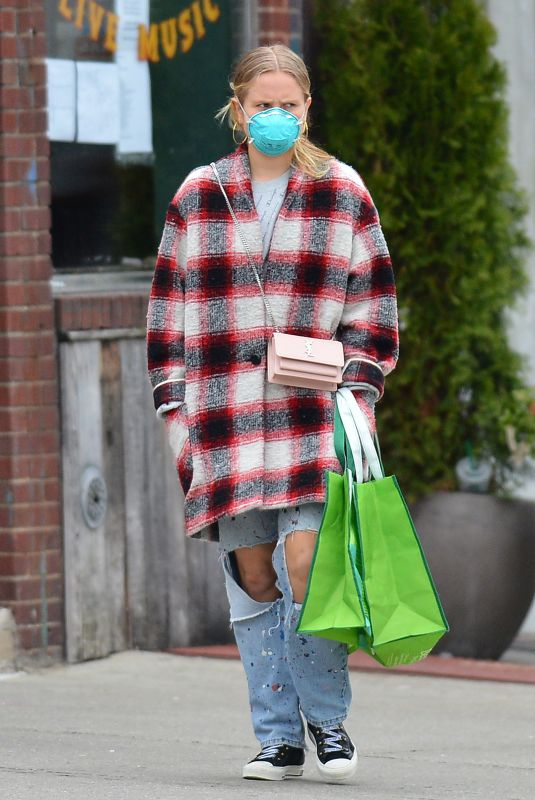 Sailor Brinkley-Cook and Her Boyfriend Wear Face Masks While on a Shopping Trip to Whole Foods in Brooklyn, New York