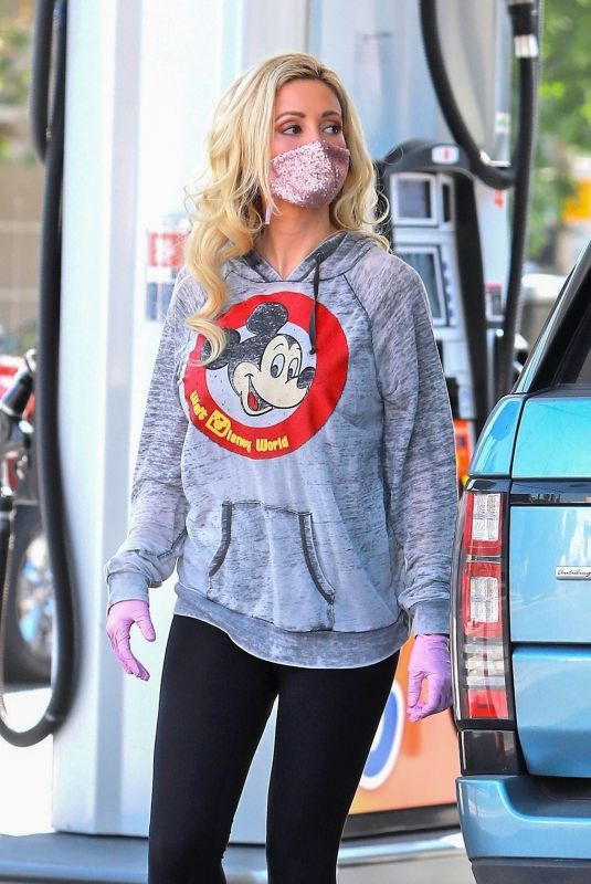 Holly Madison Seen at the gas station in Los Angeles