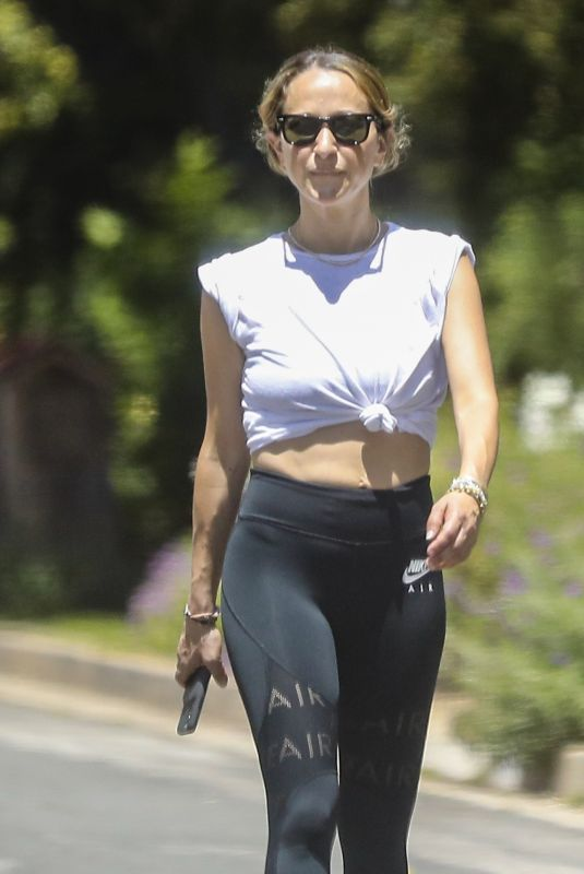 Jennifer Meyer Shows off her ripped abs while out for a walk with a friend in Santa Monica