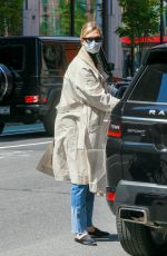 Karlie Kloss Returns to her apartment after running a few errands in New York