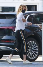 Laura Dern Picks up some groceries at Brentwood Country Mart in Brentwood