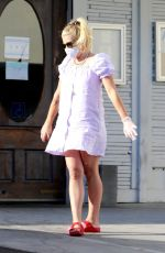 Busy Philipps Grabs pizza in Los Angeles