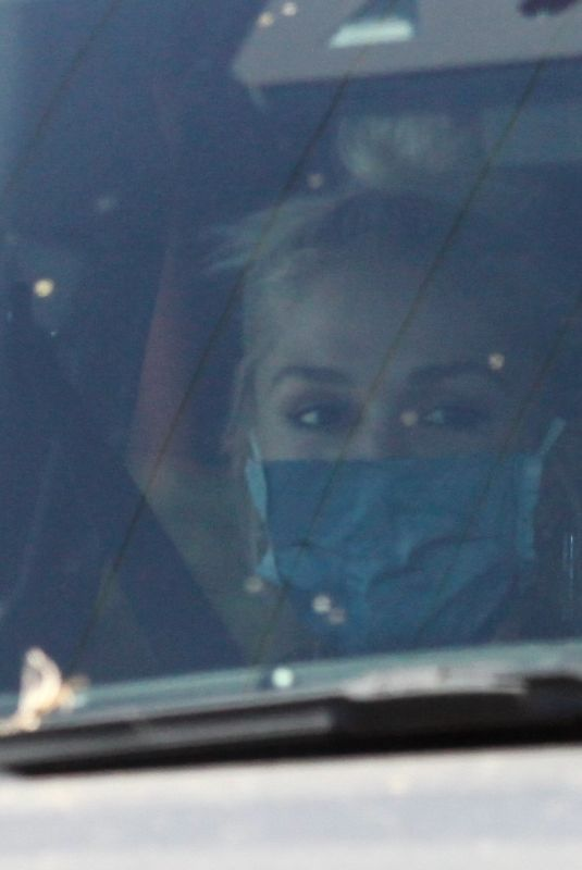 Gwen Stefani Arrives via private jet to the airport in Burbank