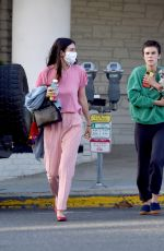 Sisters Scout LaRue and Tallulah Willis Head to a Restaurant for Dinner amid the COVID-19 Pandemic in Los Angeles