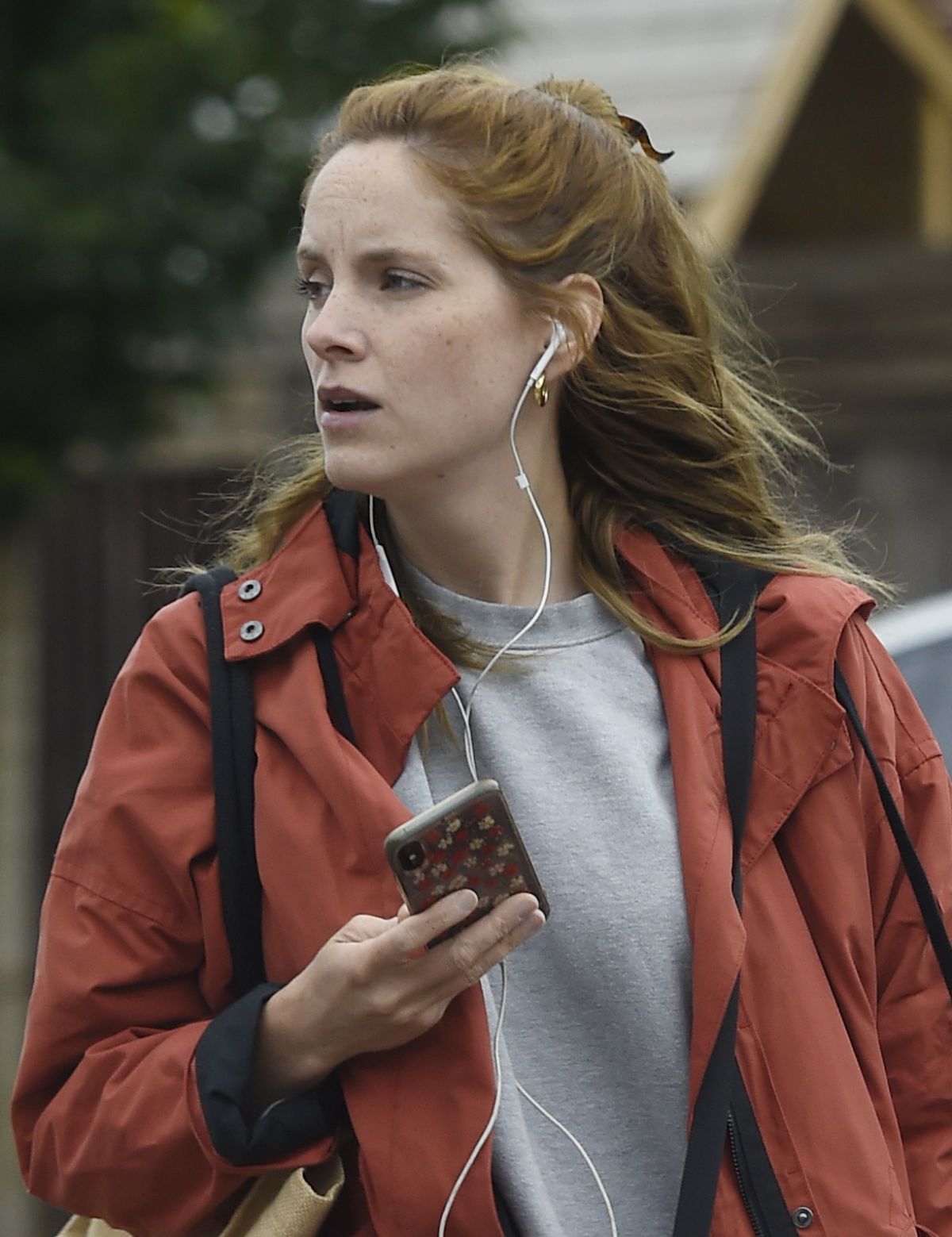 Sophie Rundle Out and about shopping in London - Celebzz - Celebzz