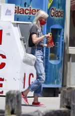 Kristen Stewart & Dylan Meyer Stop at a gas station to fuel up and get snacks in Los Angeles