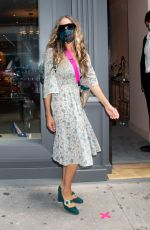 Sarah Jessica Parker Takes care of the costumers at her NYC Flagship Store