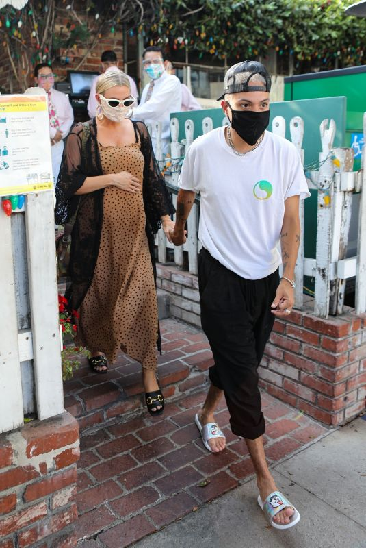 Ashlee Simpson Holds hands with her husband Evan Ross after lunch with friends at The Ivy in Los Angeles