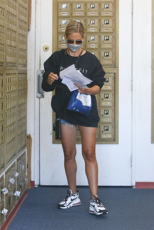 Sarah Michelle Gellar Picking up Mail at P.O Box in Brentwood