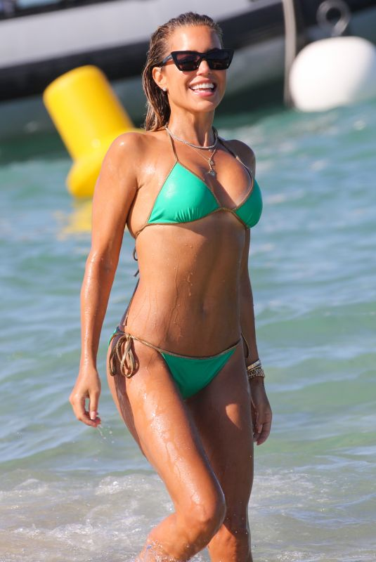 Sylvie Meis Shows her incredible body in bikini green during a beach day in Saint Tropez