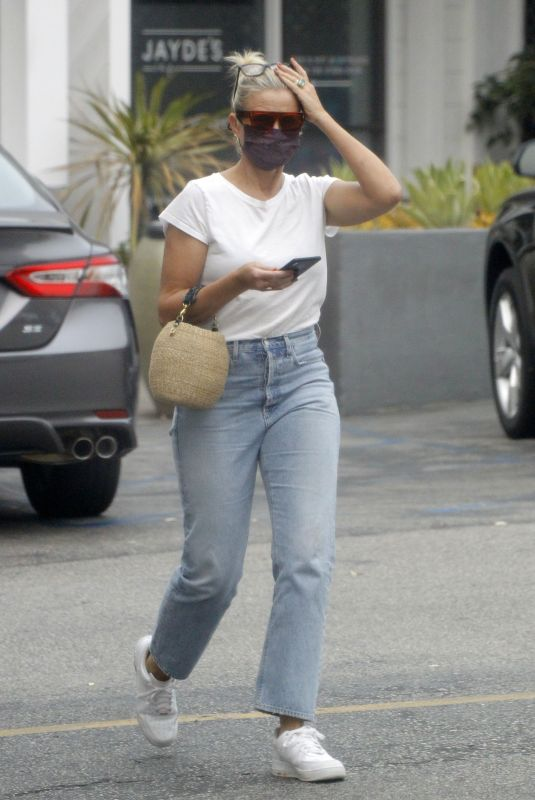 Cameron Diaz Steps out to run some errands in Los Angeles