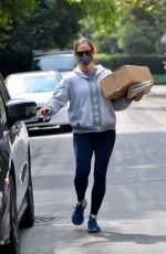 Jennifer Garner Picks up a box from the post office while out running errands in Brentwood