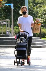 Kaley Cuoco Grabbed lunch to go in Manhattan