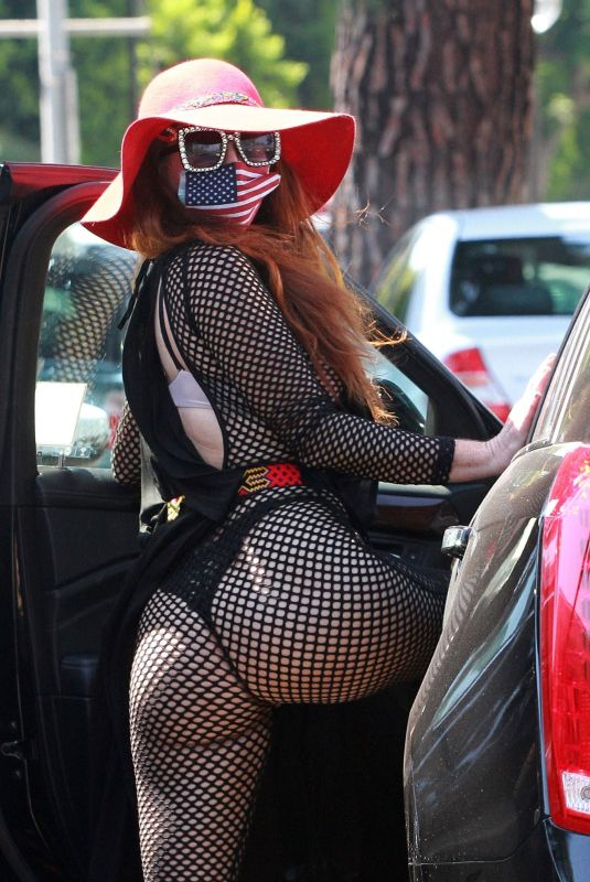 Phoebe Price Poses for photos as she is seen getting her groceries at Ralph