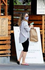 Rachel McAdams Shows off her growing baby bump while grabbing takeout food in Los Angeles
