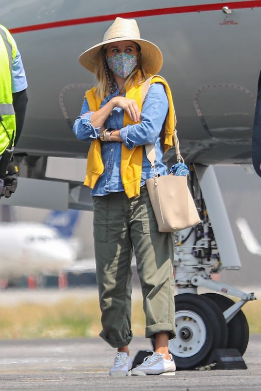 Reese Witherspoon Takes her boys and the dogs on a private jet in Van Nuys