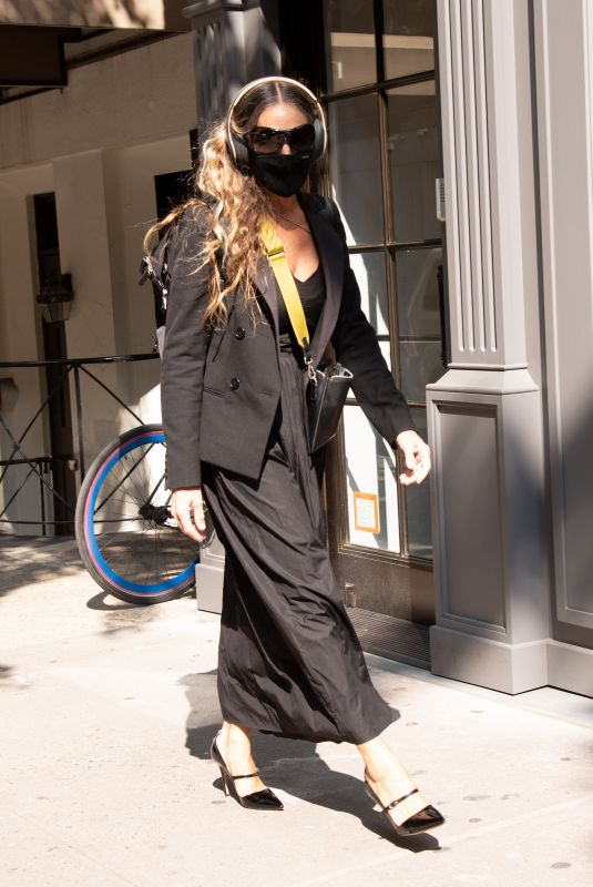 """Sarah Jessica Parker Pictured taking care of her costumers at the """"SJP By Sarah Jessica Parker"""" store in Midtown"""