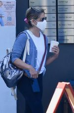 Sarah Michelle Gellar Leaves an outside exercise class with some friends during California