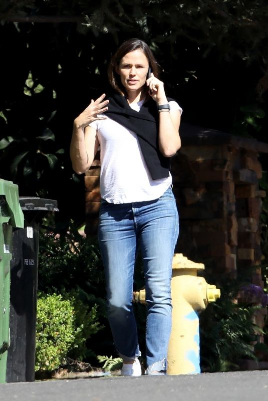 Jennifer Garner Chatting on the phone while out during a solo walk in Pacific Palisades