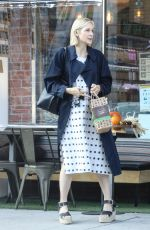 Kelly Rutherford Grabs her lunch with a friend at Kreation Organic Juicery in West Hollywood