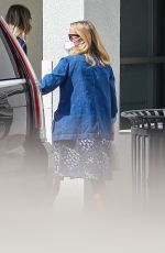 Reese Witherspoon Wearing a mask while heading into Sony Studios for a day of filming in Culver City