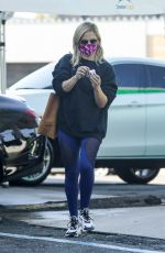 Sarah Michelle Gellar Puts in her EarPods before heading to a workout session at Plate Fit