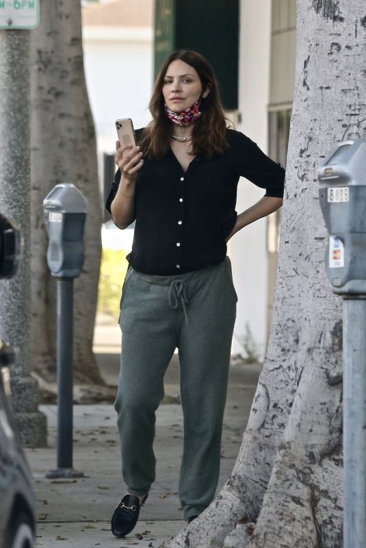 Katharine McPhee Chatting on the phone outside a hair salon in LA