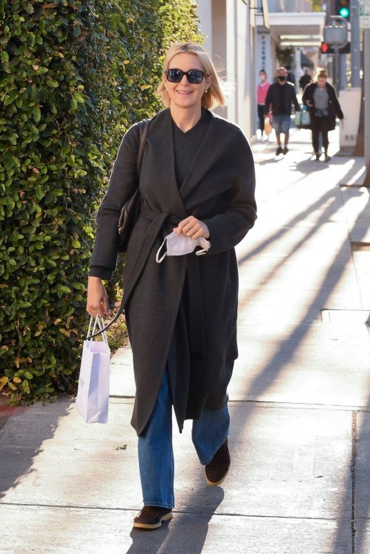 Kelly Rutherford Has an animated conversation after grabbing lunch at Porta Via restaurant in Beverly Hills