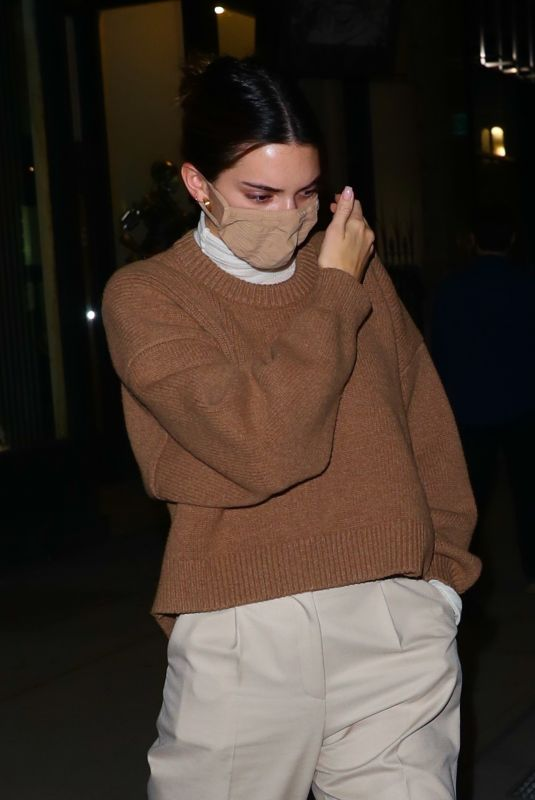Kendall Jenner Spotted hanging with friends in New York
