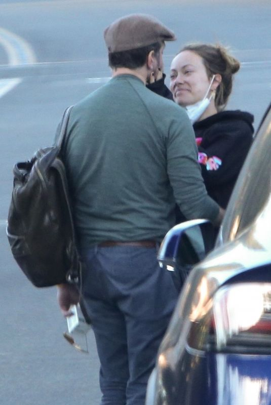 Olivia Wilde And Jason Sudeikis share a loving embrace after visiting Be Hive of Healing Integrative Center in Agoura Hills
