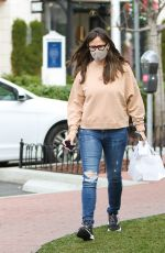 Jennifer Garner Gets foggy glasses while wearing a mask as she goes shopping in Pacific Palisades