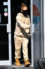 Jennifer Lopez Leaves the gym wearing a beige outfit in Miami