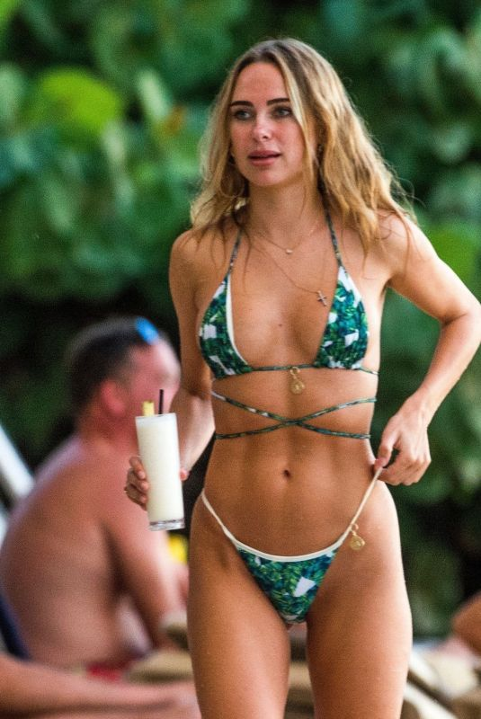 Kimberley Garner Shows off her sexy figure as she sizzled at the Sea Shed Restaurant