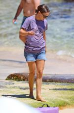 Natalie Portman Goes seashell hunting with her family in Sydney