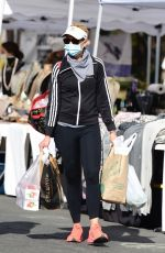 Sarah Michelle Gellar Hits the farmers market with a friend in Brentwood