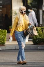 Tori Spelling Braves COVID-19 taking the entire family out to Starbucks in Calabasas