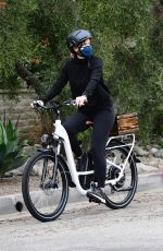 Jennifer Garner Goes out for a bicycle ride with her son Samuel in Brentwood