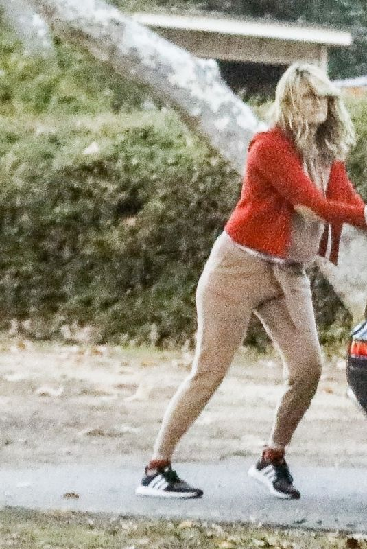 Laura Dern Has trouble closing the trunk of her car in Brentwood