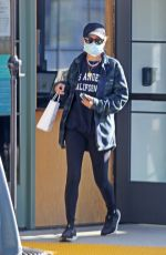 Nicole Richie Stocking up on supplies at the farmers market in Los Angeles
