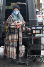 Hilary Duff Steps out to pick up groceries in Los Angeles