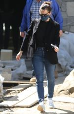 Jennifer Garner Checks in on the construction of her new home in Brentwood