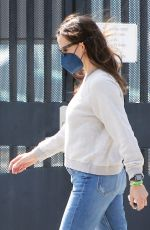 Jennifer Garner Takes her kids to the pool in Pacific Palisades