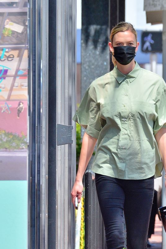 Karlie Kloss Shows off her slim figure as she is spotted for the first time since the arrival of her baby in Miami