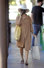 Nicole Richie Goes incognito with a chic Earthy-ensamble in LA