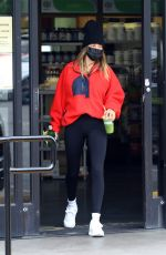 Hailey Baldwin/Bieber Grabs a juice at the Earth Bar after a workout in West Hollywood