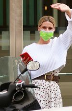 Michelle Hunziker Goes out to record Striscia while greeting the photographers present in Mialn