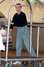Natalie Portman Helps her parents checking out of a hotel before taking them to a local market in Bondi, Sydney
