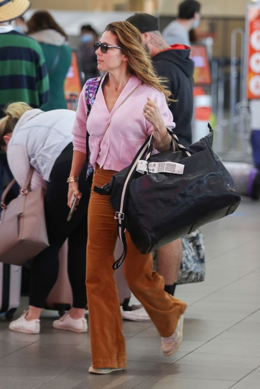 Elsa Pataky Pictured taking a departing flight from a low-budget airline in Sydney