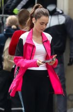 """Lily Collins On the set of the series """"Emily in Paris"""" in the unconfined streets of Paris"""
